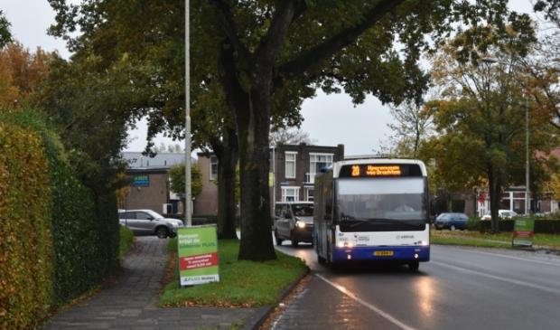 <p>Een Arrivabus nadert de halte voor het gemeentehuis Burgum. Lijn 21 zal hier vanaf maandag 1 maart weer vaker rijden. Zoals geldt voor meer buslijnen.</p>