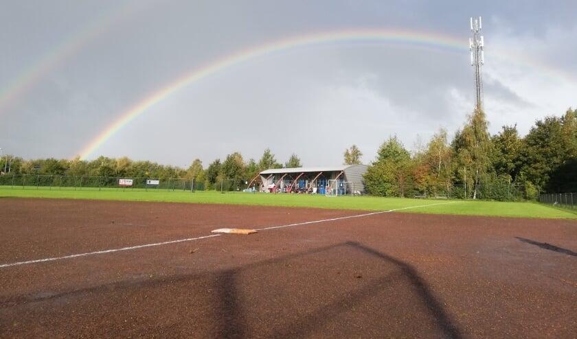 <p>Een regenboog kleurt de hemel op het sportcomplex van Drachten Diamonds.</p>
