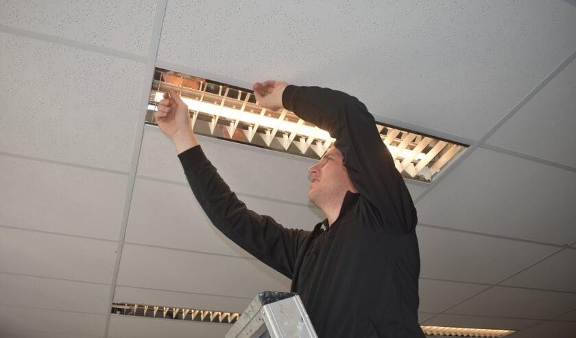 Rein Krans van het bedrijf Dupon in Burgum draait LED-verlichting in.