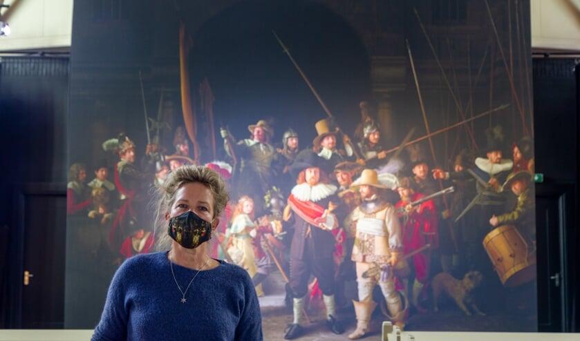 <p>Anke Bijlsma van Theaterkerk Nes voor de reproductie van de Nachtwacht waar drie jaar aan gewerkt is.&nbsp;</p>