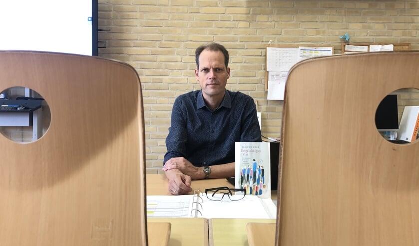 Jack de Boer in zijn schoolklas, met z'n boek voor zich.