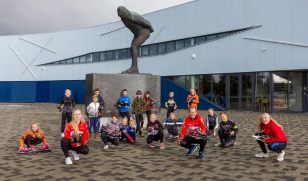<p>Vooraan, v.l.n.r. de schaatstrainers van de zaterdaggroep: Gina Holman, Jacob van der Ploeg en Nynke Boonstra. Daarachter een groep jeugdschaatsers.</p>