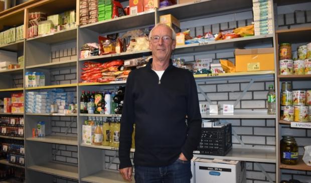 Voorzitter Gerard Timmerman van Voedselbank Dokkum in de voedselbank.