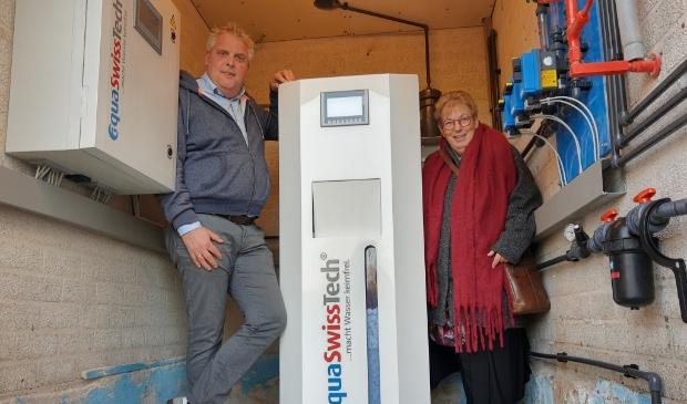 Harm Jan Hagedoorn (Optisport) en wethouder Pytsje de Graaf bij de nieuwe installatie.