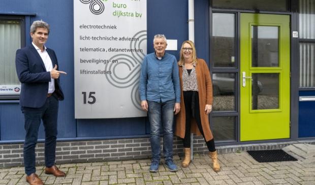 <p>Voor Jan Tabak van Apuls Cijfers &amp; Advies (links) staan zijn klanten centraal, zo ook Albert en Karin Dijkstra (rechts) van Technisch Buro Dijkstra BV.</p>