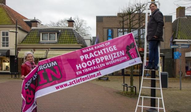 <p>Marion Brink (BAK) en Jan Auke Steegstra (Actief Media) hangen een spandoek op voor de actie.&nbsp;</p>