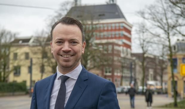 <p>Gedeputeerde Sander de Rouwe (CDA) van financi&euml;n zet de tering naar de nering, maar streeft ook naar meer Europese subsidies. Achter hem het Provinsjeh&ucirc;s aan de Tweebaksmarkt in Leeuwarden.</p>
