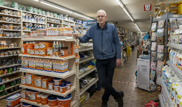 <p>Berend Wiersma te midden van de verf en HG-producten. &quot;Knutselpapier voor de sinterklaas- en kerstperiode hebben we ook.&quot;</p>