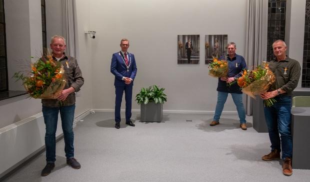 <p>Met bloemen v.l.n.r. Doede Robbie Smith, Anne de Meer en Jochum Hilbrand Veenje. Linksachter staat burgemeester Jeroen Gebben.&nbsp;</p>