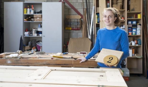 <p>Meubelmaakster Nynke van der Veen heeft een eigen bedrijf met een werkplaats in het bedrijvenverzamelgebouw aan de Fogelsang.</p>