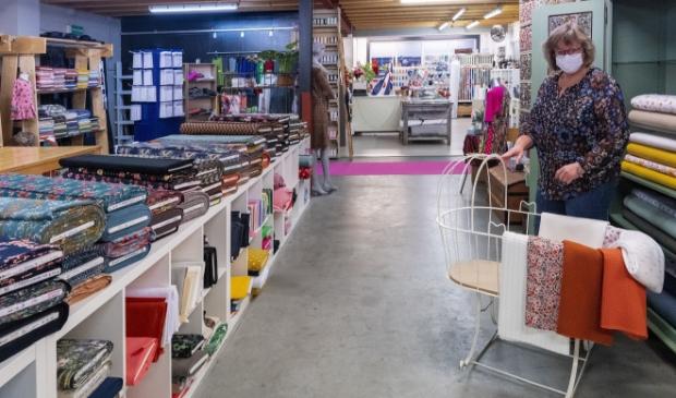 <p>Carla Busscher is trots op de keus in modestoffen bij Atelier Outfit in Burgum. Ook om bijvoorbeeld de babykamer aan te kleden.</p>