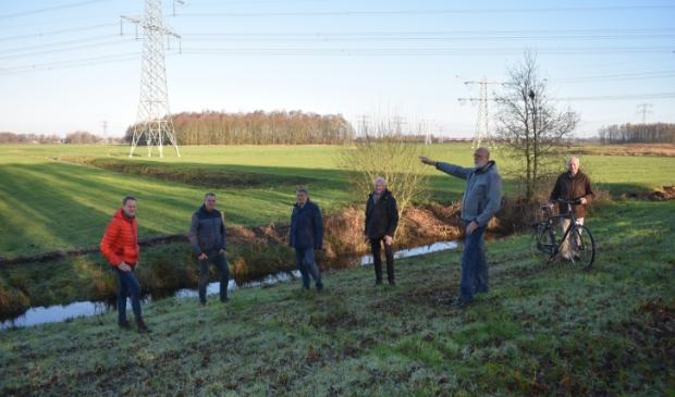 <p>Zes van de tien leden van Energieco&ouml;peratie Burgum, met op de achtergrond het weiland waar ze zonnepanelen willen plaatsen: oostelijk van de Koumarwei en noordelijk van de energiecentrale van Engie.&nbsp;</p>