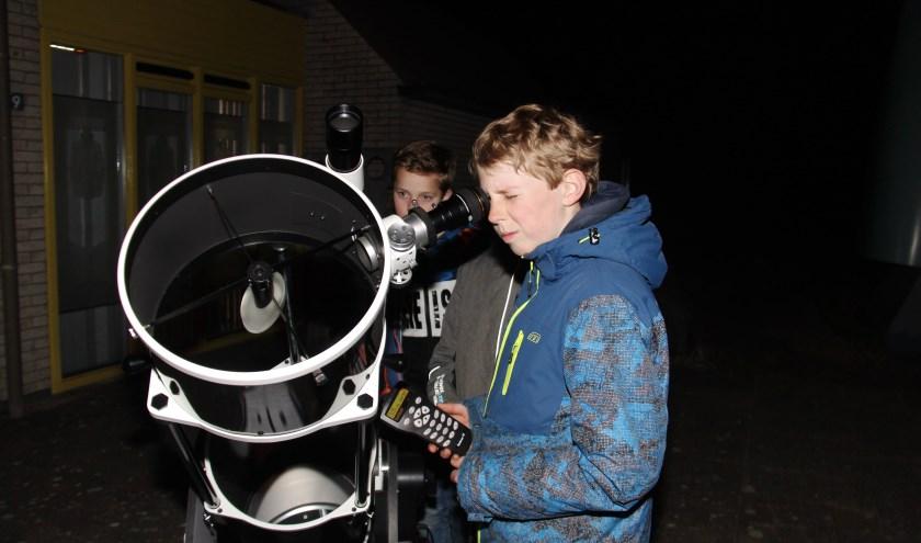 Met de telescopen kunnen de hemellichamen worden bekeken.