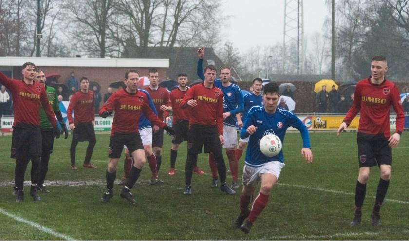 VV Hardegarijp (rood-zwarte tenues) staat goed gegroepeerd tegen 't Fean'58.