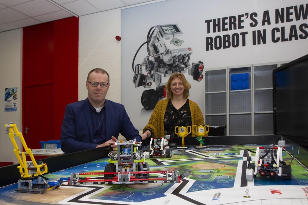 """Directeur Jaap van der Heide en ondersteuningscoördinator Alexandra Dantuma in de lego-studio. """"Hier leren de leerlingen spelenderwijs programmeren. We doen jaarlijks mee aan de Lego League."""" Foto: Actief Media © Actief Media"""