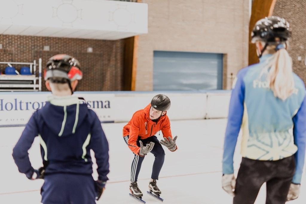 Les nemen op de schaatsschool van de Elfstedenhal is een mogelijkheid, evenals het volgen van één van de vele schaatsclinics die in de Elfstedenhal worden aangeboden. De clinics kun je individueel boeken, maar ook met een groep vrienden, klasgenoten of bijvoorbeeld collega's. Foto: lam Y H © Actief Media