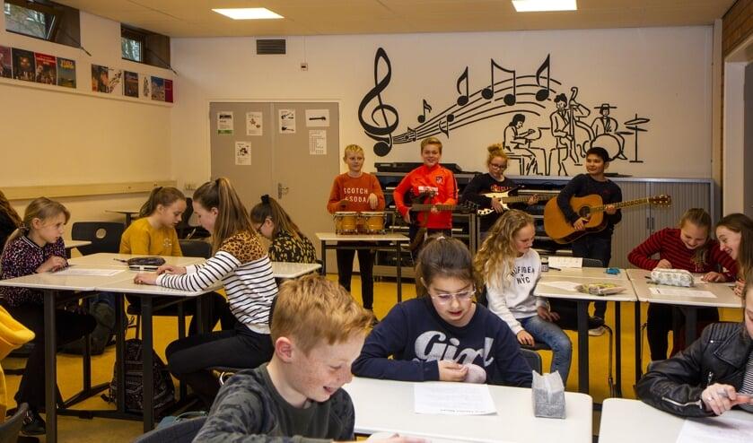 Leerlingen van groep 8 krijgen muziekles op het Singelland.