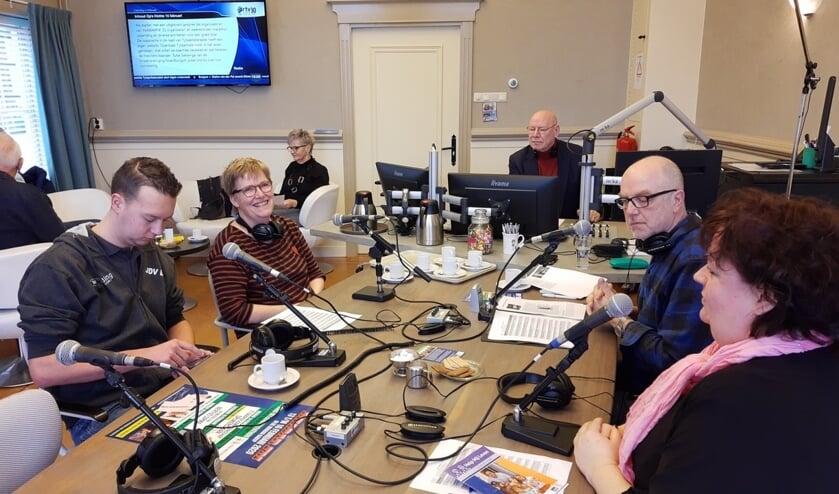 Het radioprogramma 'Op 'e Hichte' op zaterdagochtend van 10.00 - 12.00 uur. Rechts de presentatoren Wietske Poelman en Luc Tuinstra.