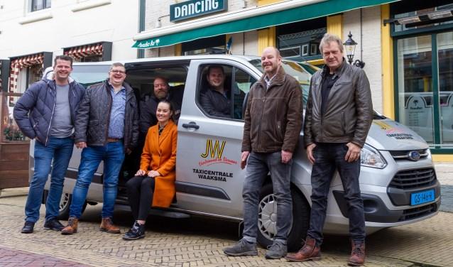 V.l.n.r.: Johnny de Vries (Paradiso Bar & Manolito Bar), Harry Bakker (Café de Viersprong), Wessel de Roos (De Hossebos), Martine en Jouke Waaksma (Taxi Waaksma), Germ van Ek (Café The Point) en Jelle Huisma (Café Jelle Joep).