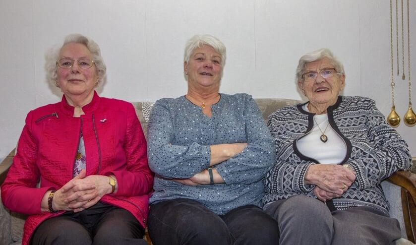 V.l.n.r. Tjitske Talsma-Louwsma (60 jaar lid), bestuurslid Hendrikje van Stralen en (ook trouw lid) Tjitske Dijkstra-Bonnema.