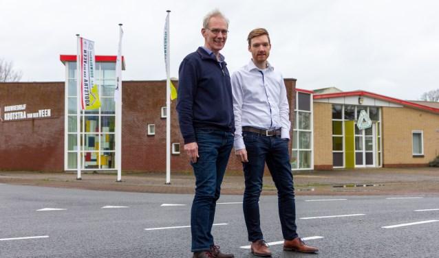 Marten en Pieter Claus voor het bedrijfspand met het bouwadviesinformatiecentrum. Ontbrekend: vennoot Ytsen de Vries.