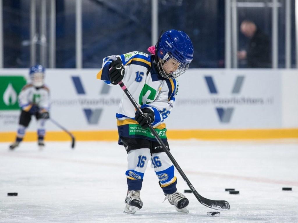 IJshockey is een populaire sport. Je kunt lid worden van de ijshockeyclub zoals anderen lid worden van een voetbalclub. Belangstellenden zijn welkom bij de thuiswedstrijden. Rondom de ijshockeybaan is een tribune met 400 zitplaatsen voor publiek. Foto: Humphrey Paap © Actief Media