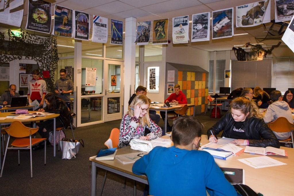 Een stamlokaal van het Nordwin College in Buitenpost, met achterin de deur naar het instructielokaal. Twee docenten en een onderwijsassistent zijn beschikbaar voor de leerlingen. Foto: Actief Media © Actief Media