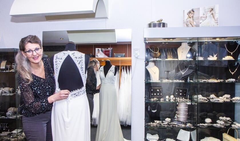 Wendy Dijkstra geniet al 26 jaar van haar werk in de bruidsboetiek, Fidelity Bruidsmode in Burgum.