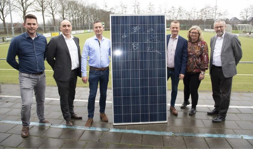 Het eerste zonnepaneel werd getekend bij Korfbalvereniging Ureterp.