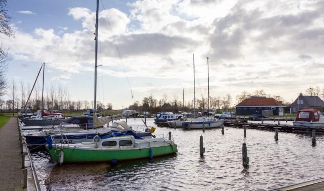De haven van Oudega. Waar nu in de verte nog weilanden zijn, komen als 'Oudega aan het water' doorgaat twee meren.