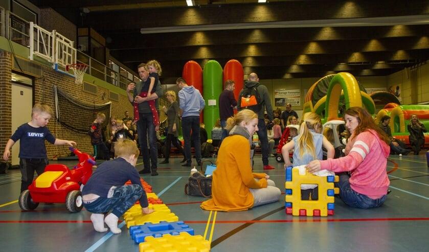 In een sporthal vol luchtkussens en spelmateriaal voor de kleinsten, kunnen kinderen tot en met 12 jaar zich deze vakantie uitleven. Morgen is het indoorkinderevenement in Holwerd.