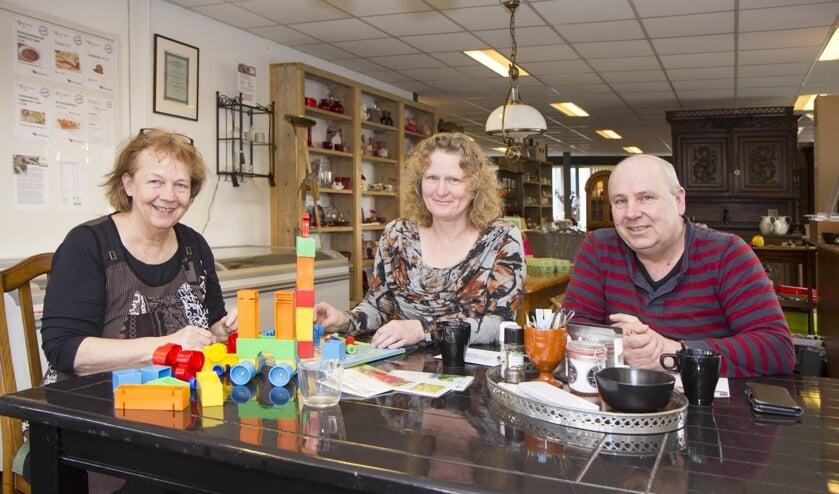 Links vrijwilligster Dineke van der Velde en rechts de initiatiefnemers Klaske en Geert van der Woude.