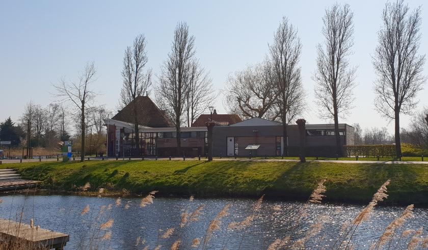 Het havengebouw met toilet-, was- en douchevoorzieningen in Earnewâld.