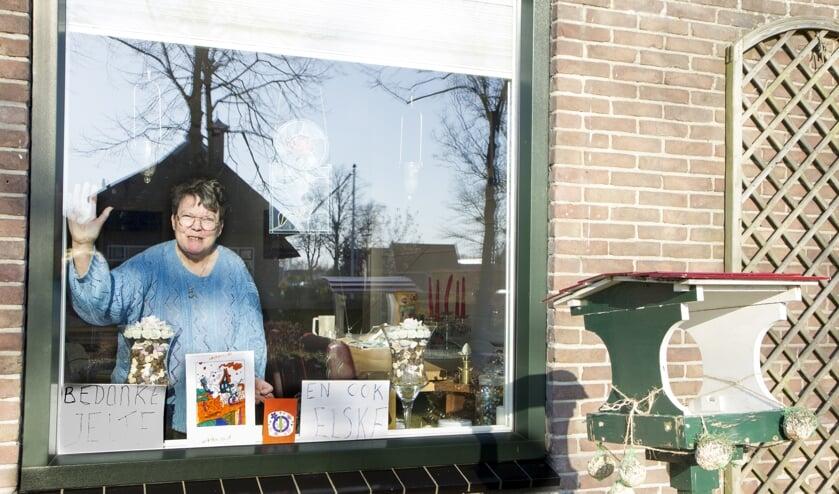 """Aaf Haastrecht uit Buitenpost is zeer geraakt door de kaartjes die zij ontving van buurtkinderen. """"Ik krijg er steeds weer tranen van in mij ogen"""". Scan de foto en zie in het filmpje hoe haar andere buurkinderen Hidde en Jesse ook aan het tekenen zijn voor anderen."""