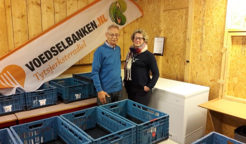 Vrijwilliger Ger Dirks en voorzitter Bianca Boonstra van Voedselbank Tytsjerksteradiel in Burgum.