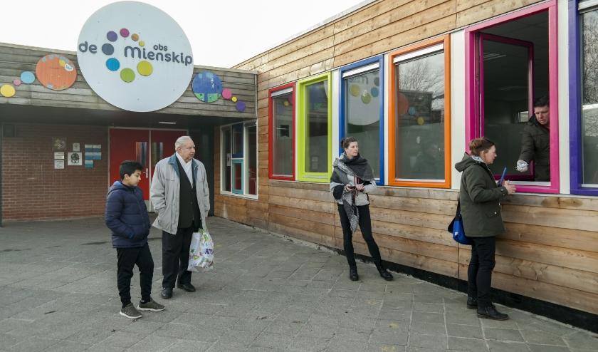 OBS De Mienskip in Buitenpost deelt lespakketten uit aan ouders, vanuit de speciaal ingerichte afhaalloketten om verspreiding van het coronavirus zoveel mogelijk te vertragen.
