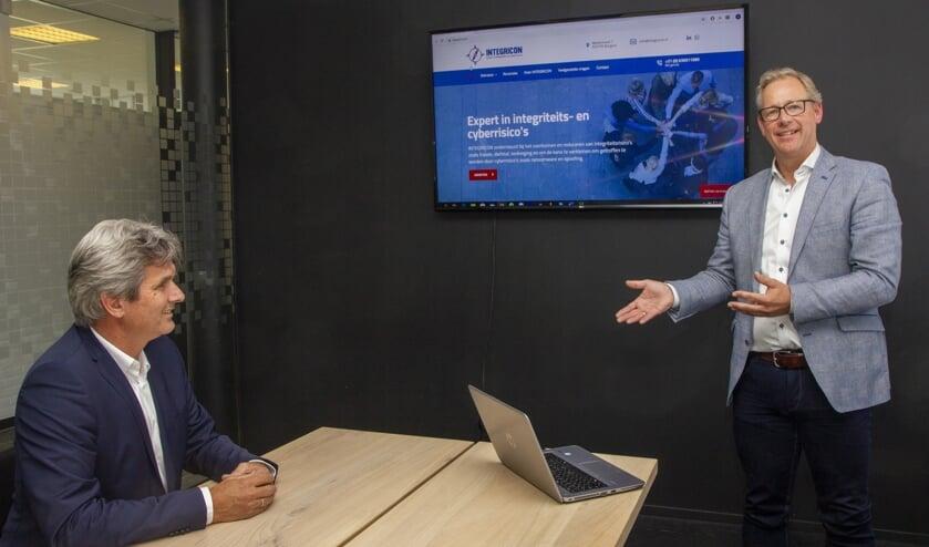 Jan Tabak van Apuls luistert naar Dirk van der Woude van Integricon die trainingen, workshops, advies en begeleiding geeft aan het MKB over integriteit- en cyberrisico's in hun ondernemingen.