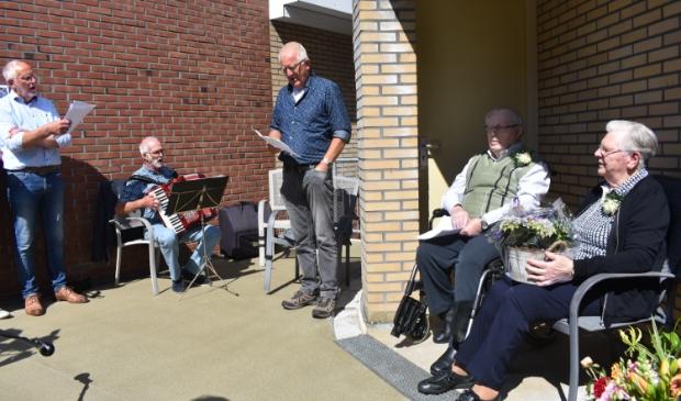 Jan Lolke Meinema en Aafke Meinema-Meijer luisteren naar muziek en zang van familie, begeleid door master Keimpe. Zie ook het filmpje met de Actief Plus-app.