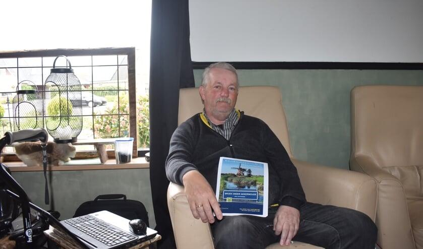 Sybe Kooistra toont de cover van zijn binnenkort te verschijnen boek over  Broeksterwâld.