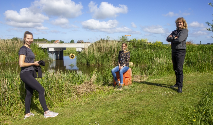Anneke Kroodsma, Tjitske Tania en Pieter Meindertsma bij één van de bruggetjes over de Raarder Feart.