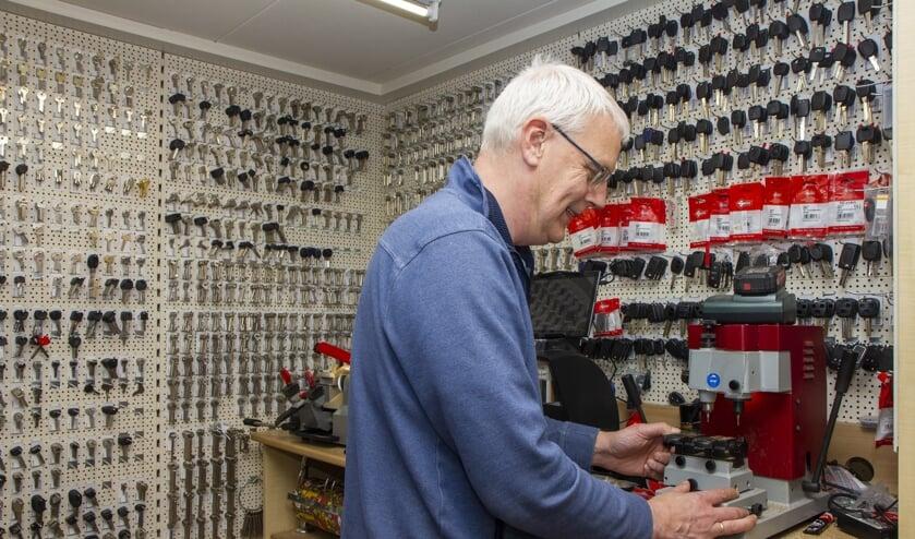 Berend Wiersma gaat graag de uitdaging aan: ook 'moeilijke' sleutels kan hij dupliceren.