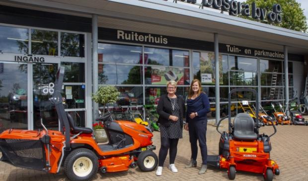 De zussen en eigenaren Ciska en Gretha Bosgra zijn blij met het verkregen dealerschap van Kubota.