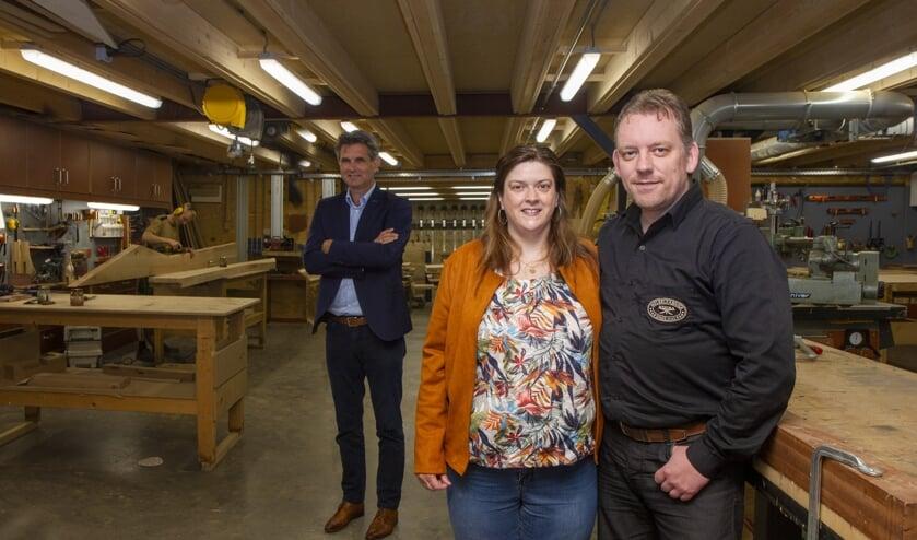 Sandra en Feiko Westra in hun meubelfabriek in Burgum. Op de achtergrond bedrijfsadviseur Jan Tabak van Apuls Cijfers & Advies.