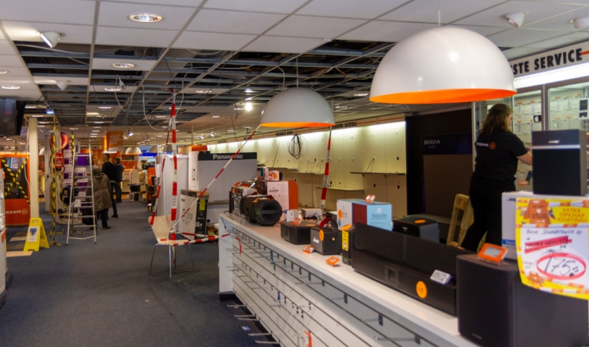 De winkel is al voor een groot deel leeggehaald. Het gehele plafond en de vloer moeten eruit gehaald worden.