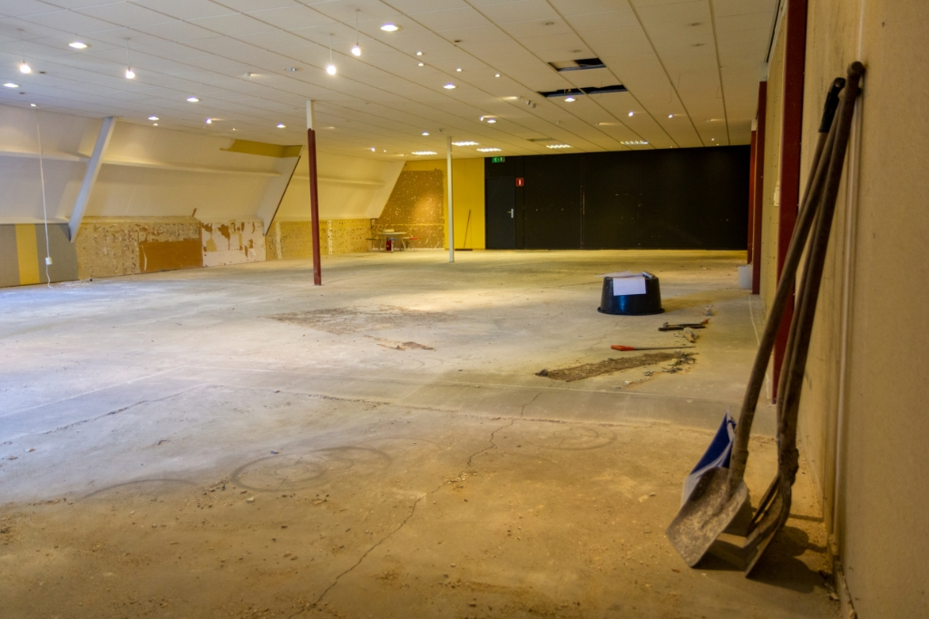 De bovenverdieping wordt nu omgebouwd naar winkelruimte. Waar de zwarte wand is komt de ruimte voor producttrainingen.  Foto: Actief Media © Actief Media