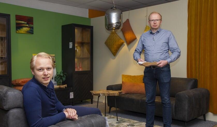 Johan (links) en Pieter Kooistra van Kooistra Wonen & Slapen in Damwâld bieden een breed assortiment meubelen en bedden.
