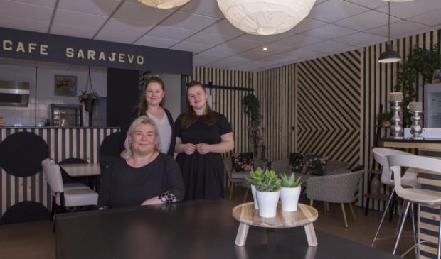 Jasmina Skamo met haar dochters Aldijana en Nea. Echtgenoot Musa en dochter Arijana konden helaas niet aanwezig zijn bij het fotomoment, maar samen beginnen ze Balkan Eetcafé Sarajevo.
