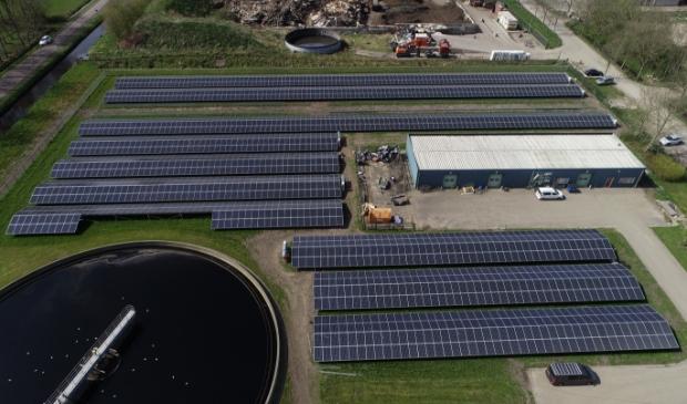 <p>Bij de rioolwaterzuivering in Damw&acirc;ld liggen zo&#39;n 3.000 zonnepanelen. Netwerkbedrijf Liander kan de snelle toename niet altijd aan.</p>