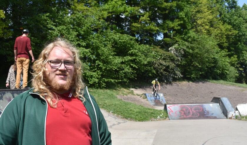 Michiel Witteveen bij de skatebaan in het Slingepark in Drachten. De verroeste 'half pipe' stond rechts achter; die is vorige week verwijderd. Zie ook het filmpje met de ActiefPlus-app.