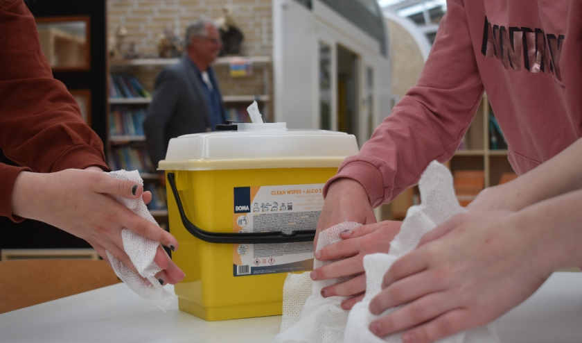 Minimaal om de twee uur moeten leerlingen van obs 't Partoer in Burgum hun handen wassen. Directeur Karel Beke staat op de achtergrond.